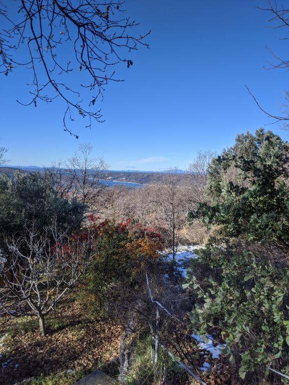 AIGUINES, charmante villa avec vue sur le lac.