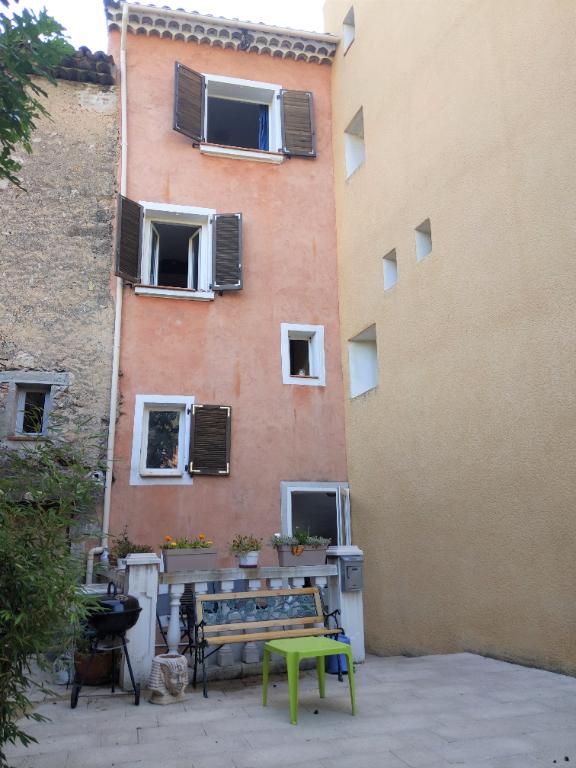 SALERNES, maison de village composée de 2 appartements duplex, une terrasse