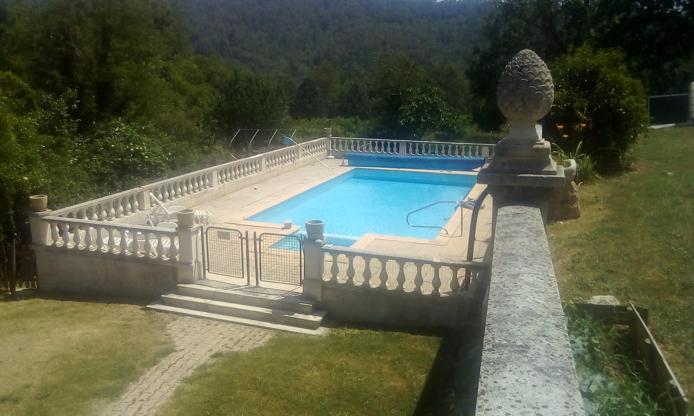 EXCLU-SALERNES, propriété avec 9 appartements avec extérieur et parking, piscine