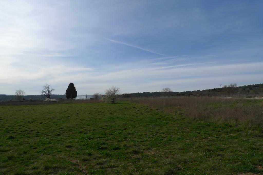 TAVERNES, charmant terrain plat proche village.